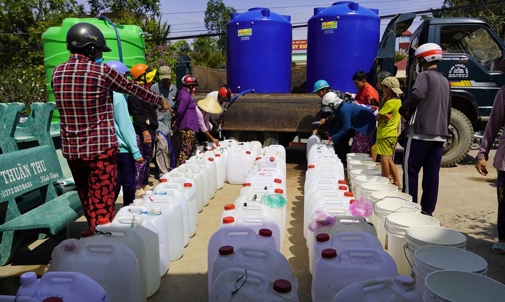 Người dân Gò Công Tây (Tiền Giang) xếp hàng xin nước ngọt mùa hạn mặn