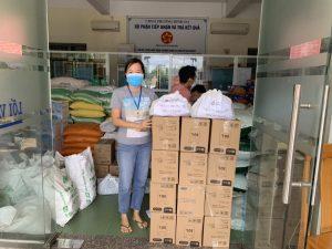 Nhựa Đồng Nai chuyển các phần quà hỗ trợ mùa dịch đến UBND phường Bình Đa